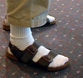 Grâce, sandales et chaussettes 1